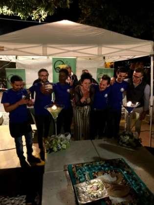 Cinzia Ferro con lo staff Estremadura Café al taglio della torta.