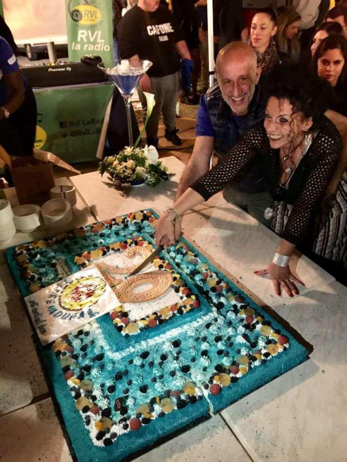Cinzia Ferro taglia la torta 20 Anni insieme con Stefano e lo staff Estremadura Café.