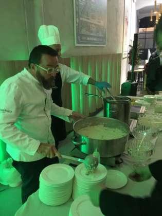 Lo chef Giancarlo Morelli alle prese con il risotto mantecato con Birra Messina Cristalli di Sale.