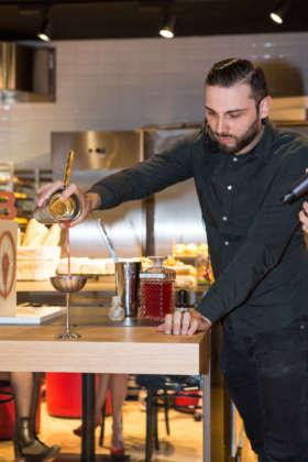 Il bartender mixologist Lucian Bucur