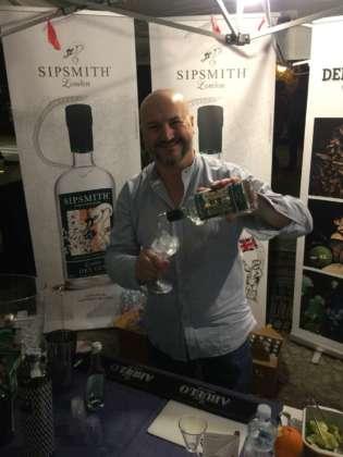 il bartender Mauro Solera di Onesti Group miscela con Sipsmith Gin.