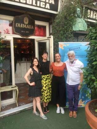 Presentazione cocktail K-Fruit Mule alla Sacrestia Farmacia Alcolica di Milano con Virginia Barberini (gonna gialla) Stock Italia e il titolare Geremia Sozio.