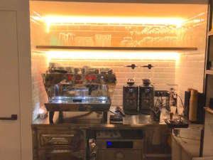 Il piccolo retrobanco con la macchina espresso kb90 de La Marzocco