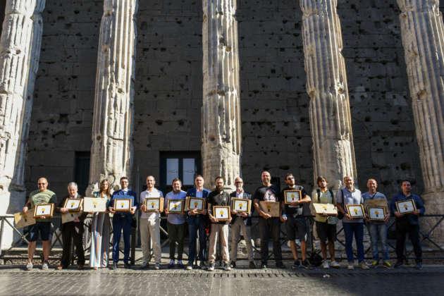 I vincitori del Premio Cerevisia - BaNab davanti all'ingresso del Tempio di Adriano a Roma