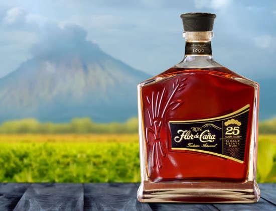Panorama del vulcano San Cristobal con Ron Flor de Caña 25 yo