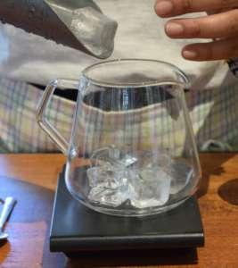 Porre 100 gr di ghiaccio sul fondo del kettle