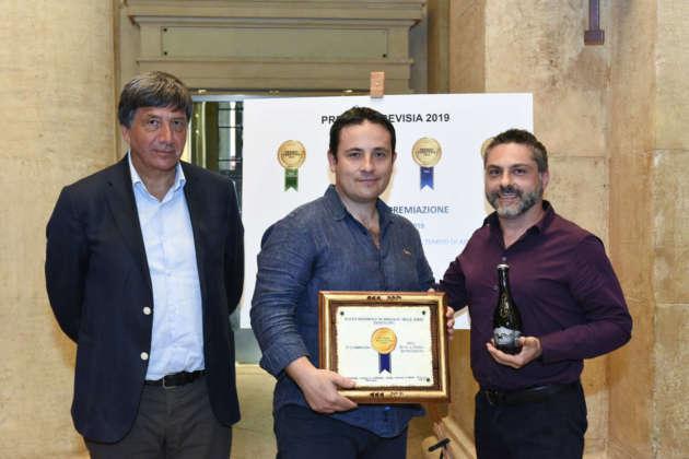 Lino Parisi e Daniele Delle Donne di Monaci Vesuviani ricevono la targa Premio Cerevisia Bassa Fermentazione per Arrow da Luigi Taglienti