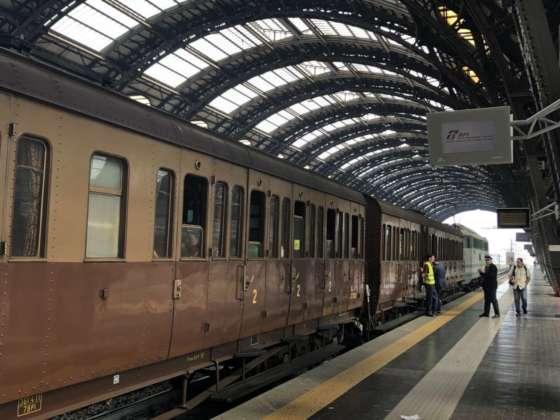 Il treno storico in partenza dalla stazione di Milano per Varese