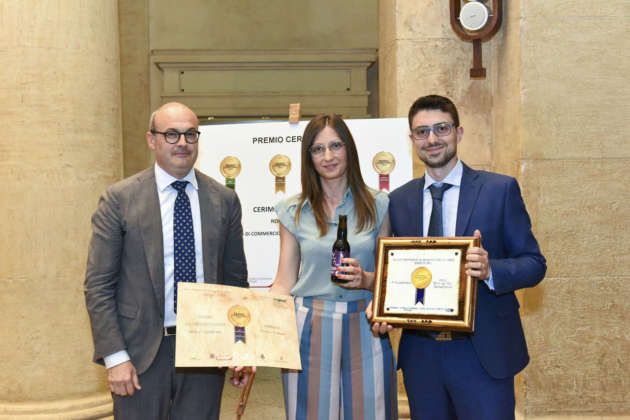 Anselmo Verrino (a destra) di Birra Gladium riceve il Premio Cerevisia Alta Fermentazione per birra Darkana da Michele Cason di Assobirra