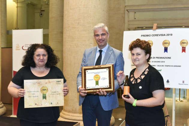 Lucia Del Vecchio e Laura Pontalti del Birrificio 5+ ricevono il premio Cerevisia Nord per Double Ipa