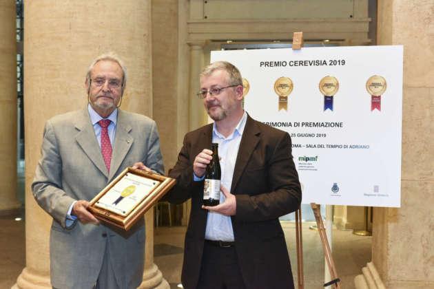 Sergio Bonomi, titolare della BeBo Unconventional Craft Brewery, riceve il Premio Cerevisia per il terzo posto di Four Peaks
