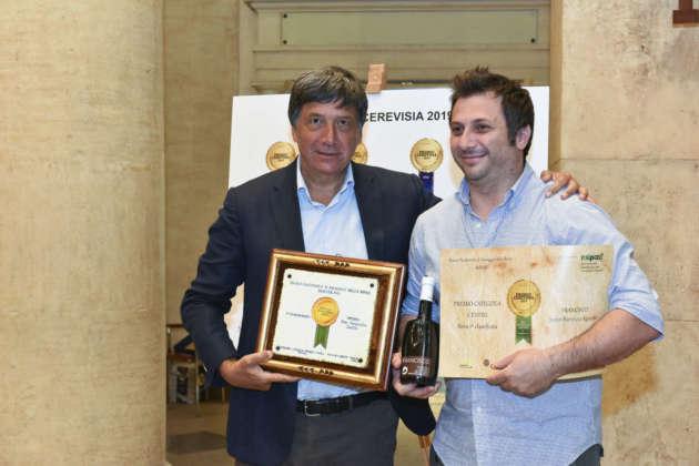 Erri Morlacca (a destra) titolare del Birrificio Jester riceve il Premio Cerevisia Centro da Luigi Taglienti