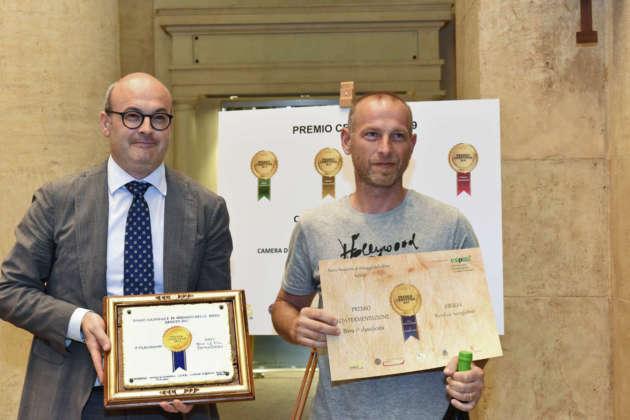Andrea Crociani del Birrificio Saragiolino rivece il Premio Cerevisia Alta Fermentazione per birra Giulia da Michele Cason di Assobirra