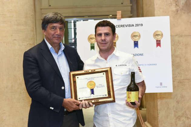 Mario Cipriano di Birra Karma riceve il Premio Cerevisia Bassa Fermentazioine per la seconda classificata Karisma