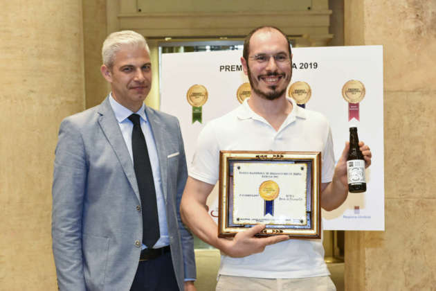 Robero Agostini, titolare del Birrificio 61cento, riceve il primo Premio Cerevisia Birre di Frumento