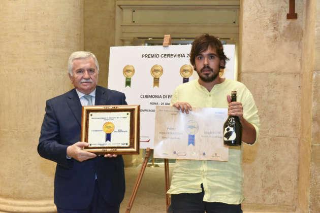Gianmarco Diorio di Birra del Borgo ritira il Premio Cerevisia Birre Aromatizzate per la vincitrice L'Equilibrista IGA