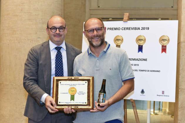 Gaetano Bucaro (a destra) di Birra dei Vespri riceve il Premio Cerevisia Sud da Michele Cason, presidente Assobirra