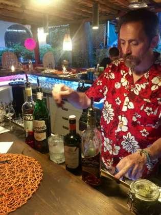 Edoardo Nono prepara il cocktail Lagos y Volcanes