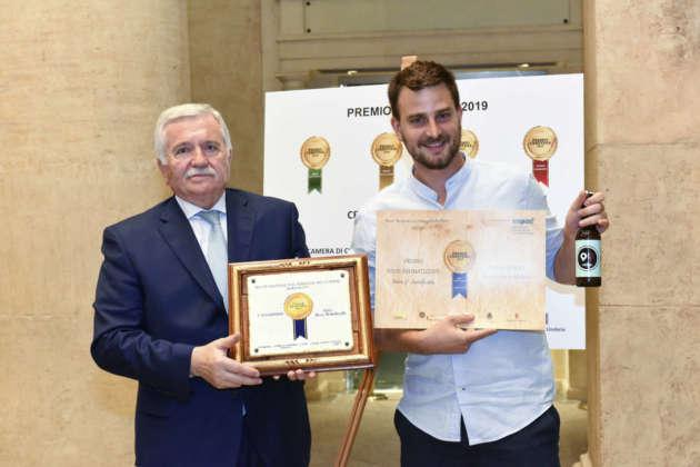 Andrea Olivero di Birra del Parco ritira il Premio Cerevisia Birre Aromatizzate per il terzo posto ex aequo di Birra Novantanove