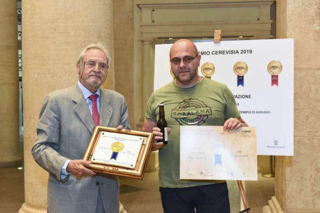Lorenzo Turco, maastro birraio della Brasseria Soralamà, riceve il Premio Cerevisia Birre Strong per birra Oh