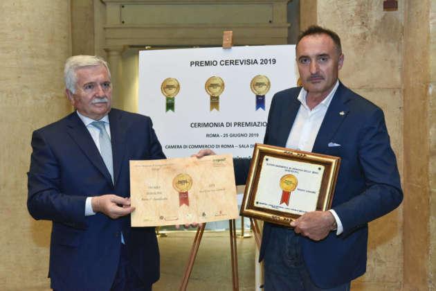 Gabriele Tonon (a destra), titoilare del Birrificio San Gabriel, riceve il Premio Immagine per birra Zen dal presidente BaNab Giorgio Mencaroni
