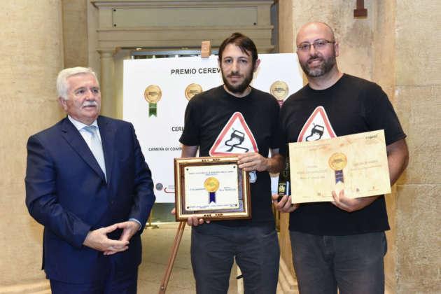 Marino Fatica, titolare e mastro birraio di 4 Queens Brewery (a destra) ritira il Premio Cerevisia Birre Aromatizzate per il secondo posto di birra Queen of Russia