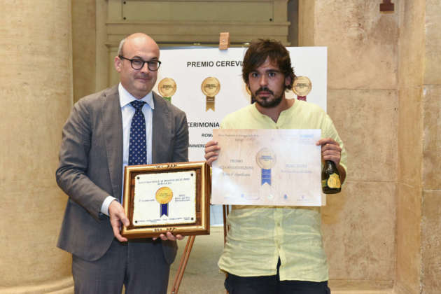 Gianmarco Diorio di Birra del Borgo ritira da Michele Cason di Assobirra il Premio Cerevisia Alta Fermentazione per la seconda classificata ReAle Extra
