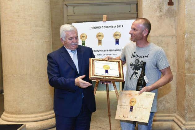 Andrea Crociani del birrificio Saragiolino riceve il Premio Cerevisia Birre Aromatizzate per il terzo posto ex aequo di Birra Iga