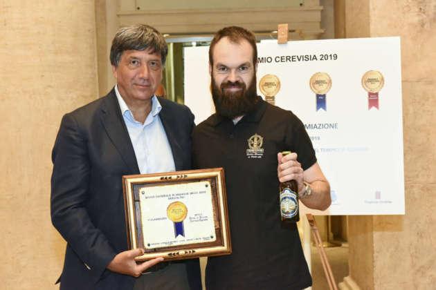 Il mastro birrario Theresianer Stefano Bertoli riceve il Premio Cerevisia Bassa Fermerntazione da Luigi Taglienti