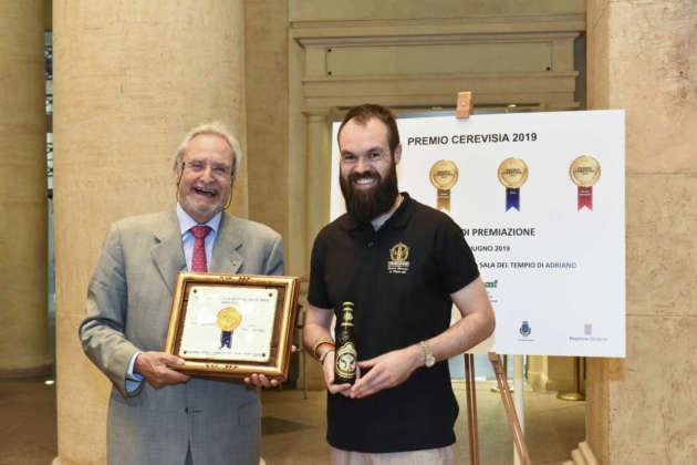 Stefano Bertoli, mastro birraio Theresianer, (a destra) riceve il Premio Cerevisia per il secondo posto ottenuto con Theresianer Strong Ale