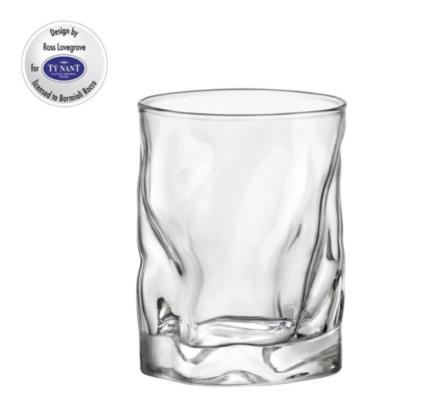 Il bicchiere Sorgente Glass da 42 cl firmato dal designer Ross Lovegrove e realizzato da Bormioli Rocco per Ty Nant