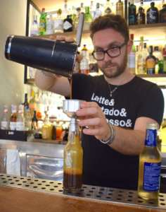 Simone Zaccheddu realizza il drink Coffeeale