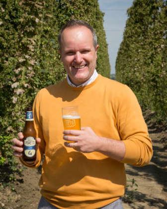 Mauro Niada, secondo mastro birraio del Birrificio Angelo Poretti, con la rinnovata birra 4 Luppoli Lager Angelo Poretti