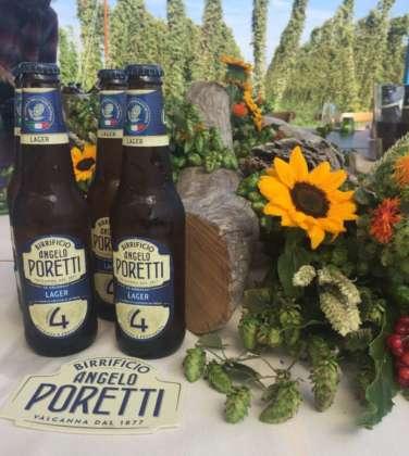 Birra Angelo Poretti 4 Luppoli servita con un centrotavola di fiori di luppolo e piccoli girasoli