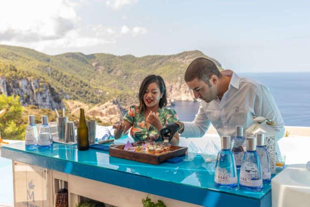 Chau Tran prepara il cocktail Fuffly Emu insieme con il coach Fabrizio
