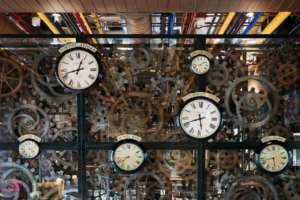 Gli orologi con i fusi orari del caffè nel ristorante Condividere ©AndreaMartiradonna