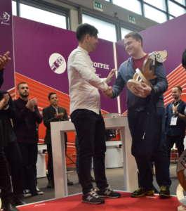 Rubens Gardelli consegna il trofeo al campione mondiale 2018, il russo Vladimir Nenashev