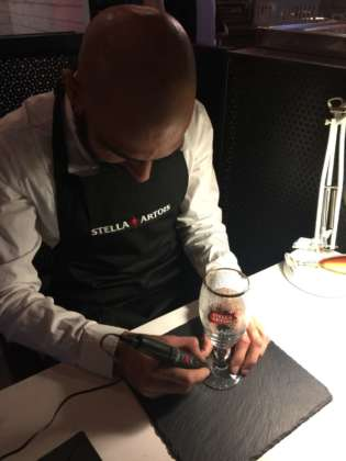 Operazione di incisione sulla base del calice limited edition decorato Stella Artois