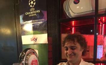 Il beer expert Jacopo Gatto durante la spillatura alla belga al Beergarden di Milano