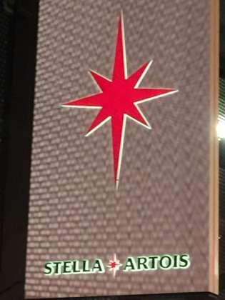 Il recente logo della stella rossa verticale a otto punte che è andato a integrare lo storico marchio di Stella Artois (il Corno)