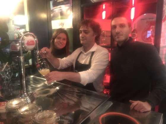 Il beer expert Jacopo Gatto tra il brand manager Karina Varigina e il senior brand manager Giacomo Azzolina al Beergarden di Milano
