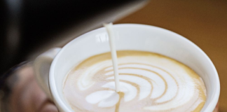 La crema di latte decora un cappuccino