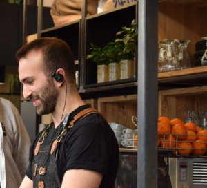 Auricolari e tablet sono di casa al Costadoro Social Coffee Factory di Torino