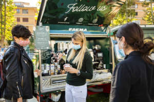 Chiara Bergonzi realizza il signature drink Flat Golden Veggie