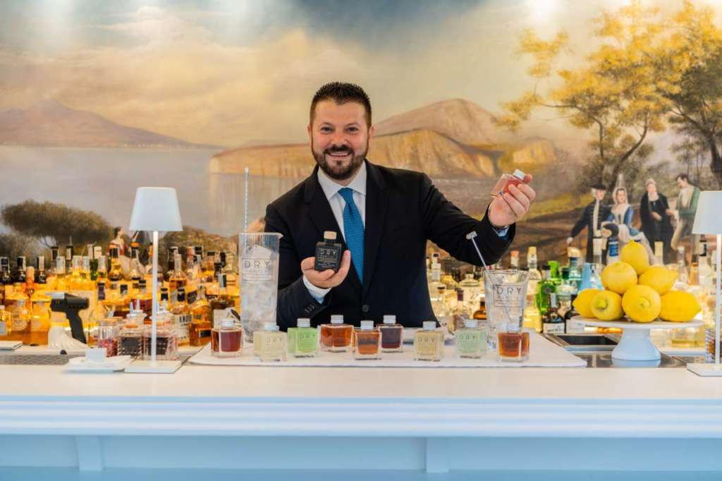 Lucio D'Orsi, al banco del Dry Martini Sorrento by Javier de las Muelas, con la nuova collezione Dryaway