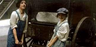 Consegna del ghiaccio, 1918. Foto originale in bianco e nero colorata da Dana Keller