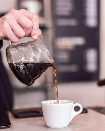 Caffè estratto a filtro. Foto Romedia Studio