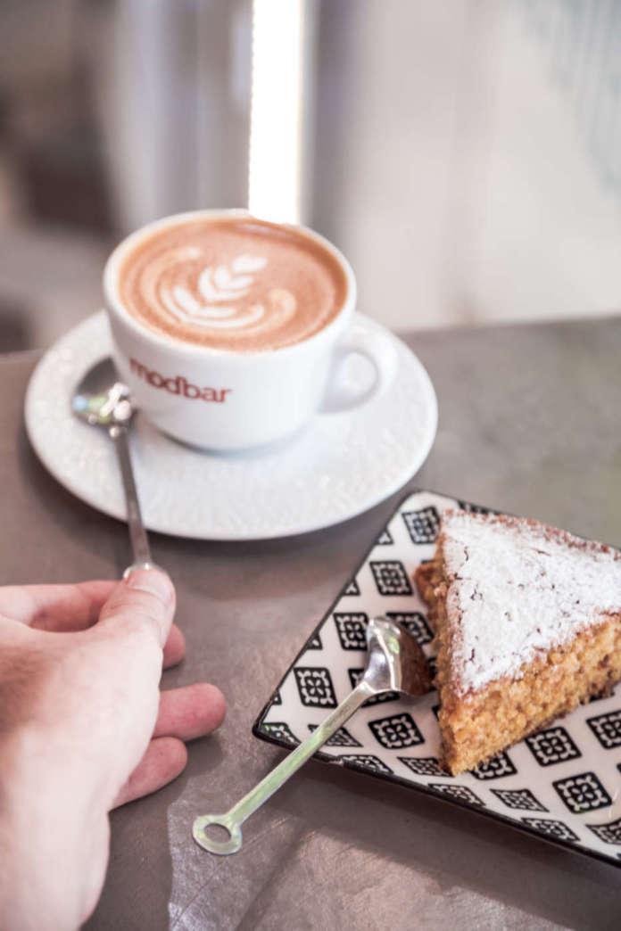 Carrot cake e cappuccino